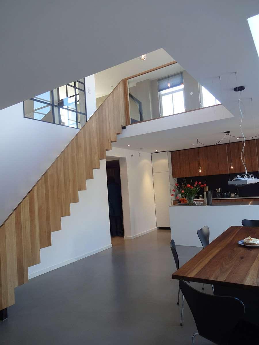 Ontwerp dijkwoning met modern interieur bnla - Interieur houten trap ...
