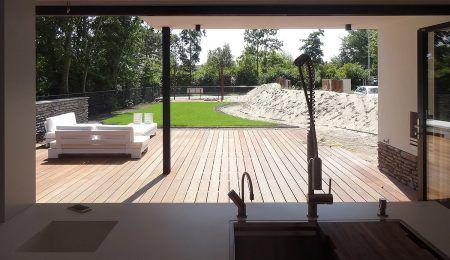 Ontwerp modern huis - zicht vanuit keuken