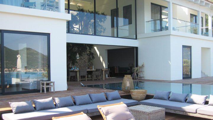 BNLA architecten heeft een ontwerp voor een luxe vakantievilla op het Griekse schiereiland Lefkas gemaakt. De locatie van deze villa bezit unieke eigenschappen door zijn ligging op een steile berghelling met uitzicht op een prachtige baai.
