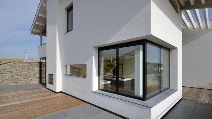De door BNLA architecten ontworpen woning in Bergen aan Zee is opgeleverd. De woning heeft een groot gastenverblijf met 3 slaapkamers, dat in het souterrain is gehuisvest. Na een voorsoedig ontwerp-, vergunning- en bouwproces werd de woning nu opgeleverd.