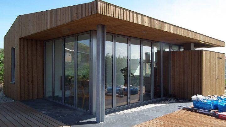 BNLA architecten kreeg de opdracht om een ontwerp te maken voor een nieuw te bouwen vakantiewoning op het waddeneiland Vlieland. Het perceel van de woning is gelegen op 'de Kaap', midden in de duinen op een steenworp afstand van het strand.