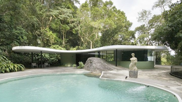 Op regelmatige basis schrijft BNLA architecten een artikel over een woning of een woonvorm. Soms dichtbij huis, soms ver weg, maar altijd gebaseerd op eigen bevindingen. Dit maal bezoeken we Casa das Canoas van Oscar Niemeyer.