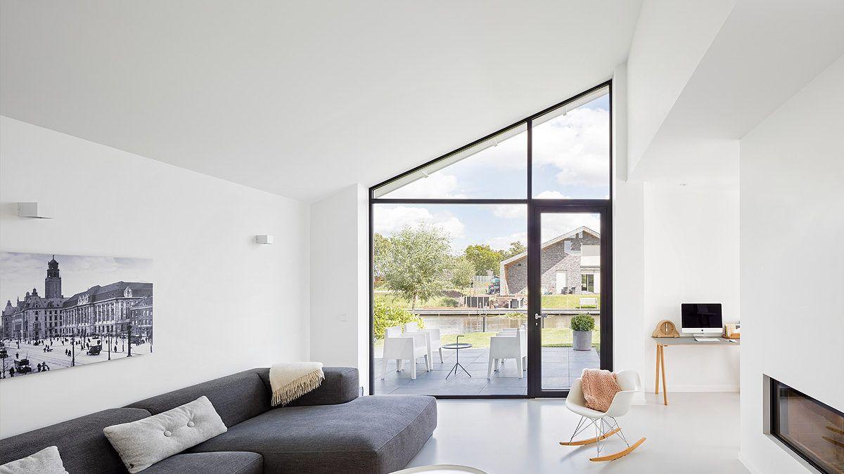 Interieur moderne nieuwbouw woning in Nieuwkoop. Doorkijk naar het water. Ontwerp door BNLA Architecten.