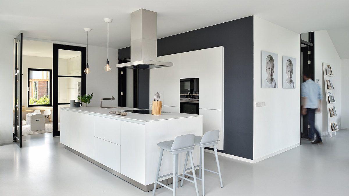 Open woonkeuken in moderne nieuwbouwwoning. Ontwerp door BNLA Architecten.