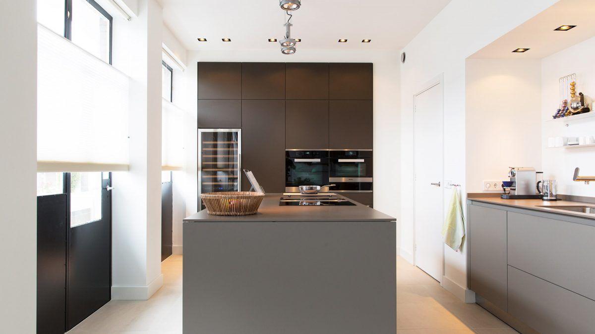 Keuken van modern appartement in monumentaal pand in Amsterdam. Ontworpen door BNLA Architecten