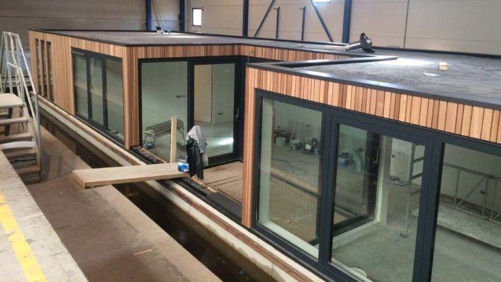 BNLA architecten heeft een ontwerp gemaakt voor een patio-woonboot die in de Amsterdamse grachten zal komen te liggen. De woonboot is georganiseerd rondom een centrale patio die de woning van veel daglicht voorziet.
