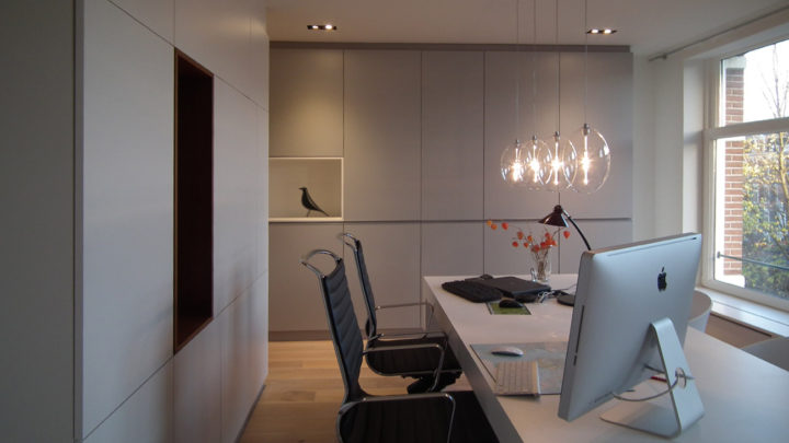 BNLA architecten maakte een ontwerp voor een verdieping van een woonhuis die werd omgetoverd tot kantoor aan huis. Er werd een loft-achtige etage ontworpen waarin verschillende ruimtes door een drietal kasten worden gedefinieerd.