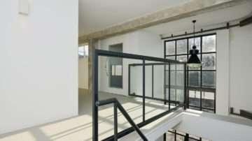 BNLA Architecten realiseerde het ontwerp voor tien luxe loft-appartementen in Amsterdam. De vormgeving van de appartementen doet, dankzij de betonnen plafonds, stalen kozijnen en industriële afwerking, denken aan de luxe citylofts in New York.