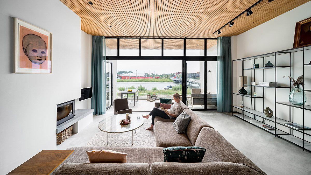 Ontwerp nieuwbouw woning Amsterdam IJburg door BNLA Architecten. Uitzicht naar buiten vanuit woonkamer.