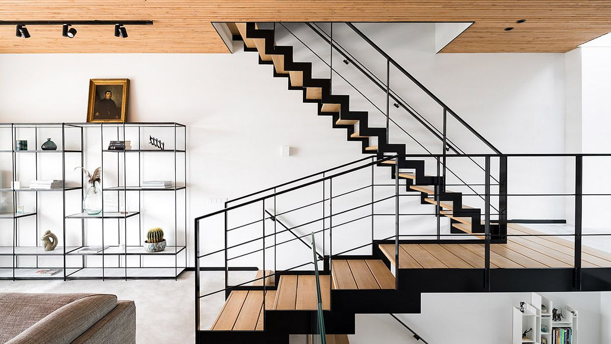 Nieuwbouw woning IJburg. Zelfbouw begeleid door BNLA Architecten. Woonkamer met moderne stalen trap.
