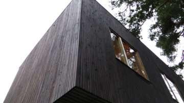 Alvar Aalto (1898 ‐ 1976) wordt gezien als de grondlegger van de organische vormgeving binnen het modernisme. Behalve architect was hij ook industrieel ontwerper, schilder en beeldhouwer.