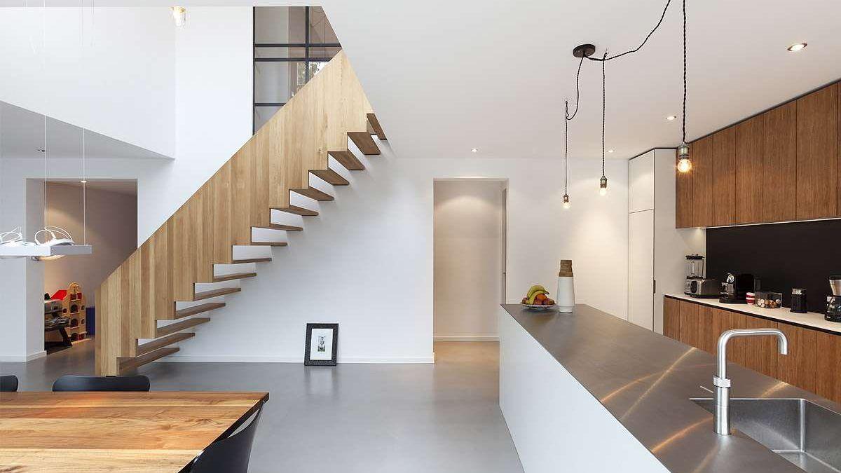 Ontwerp verbouwing woning door BNLA architecten. Voorbeeld van keuken en trap