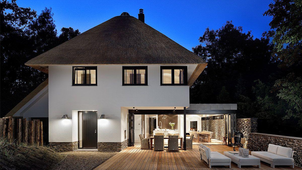 Ontwerp moderne woning met stucwerk en rieten kap door BNLA Architecten