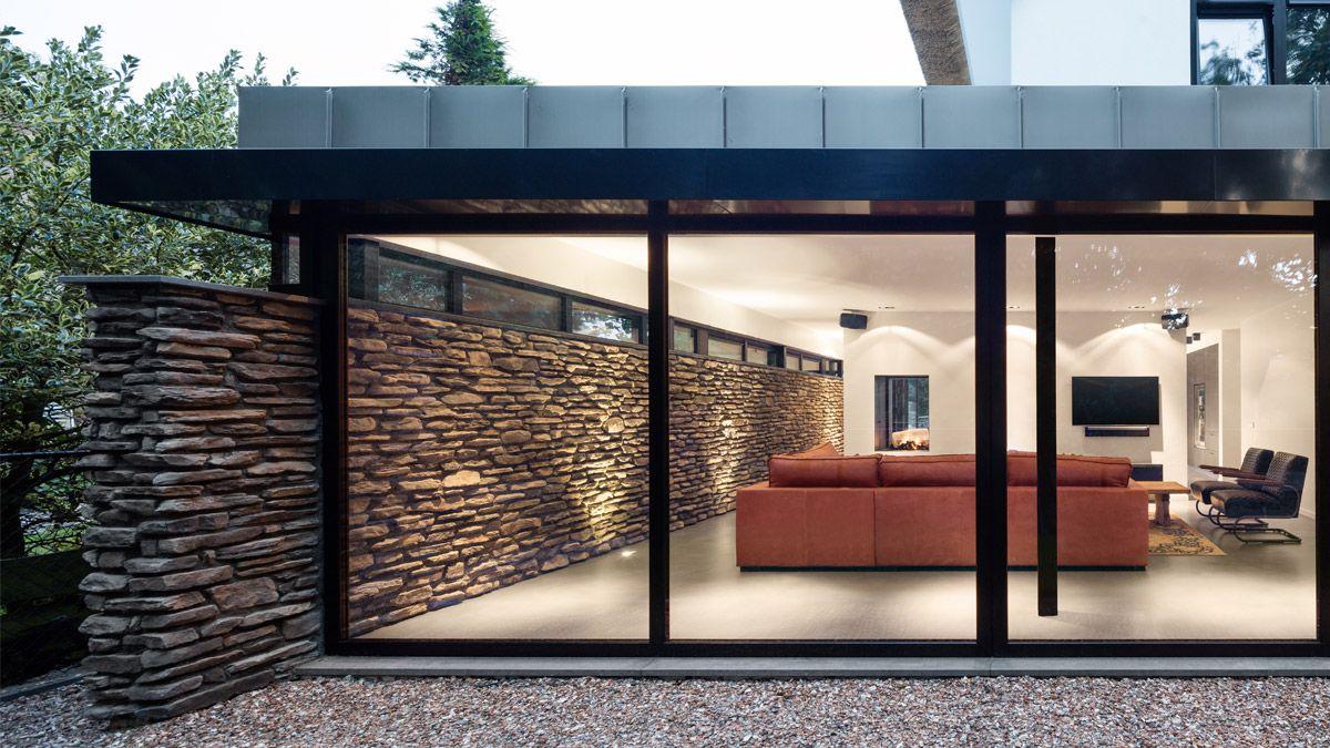 Ontwerp moderne woning met doorlopende stenen muur