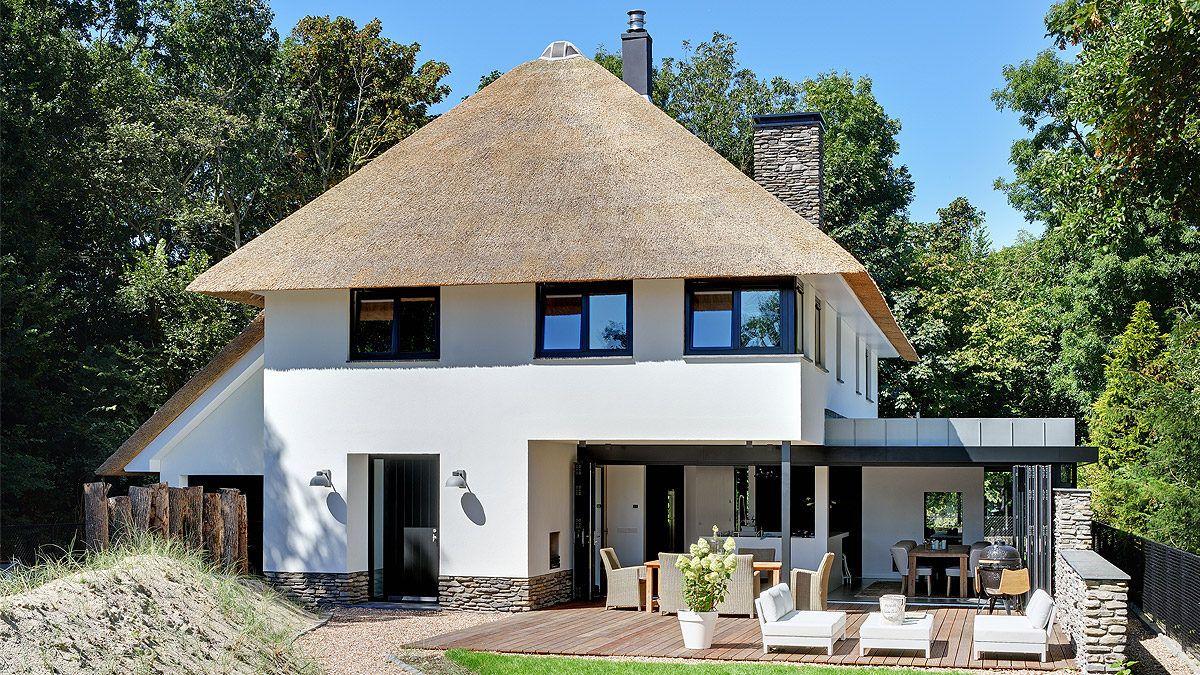 Modern huis met rieten kap in zeeland bnla