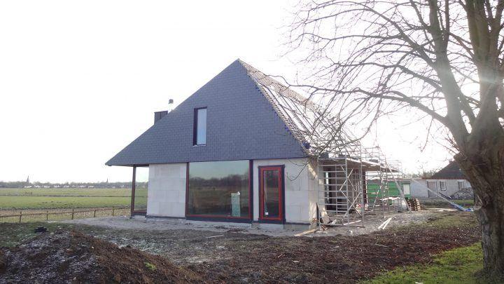 De bouw van de door BNLA architecten ontworpen villa aan de Vecht in Nederhorst den Berg gaat gestaag door. Inmiddels is de woning bijna wind- en waterdicht.