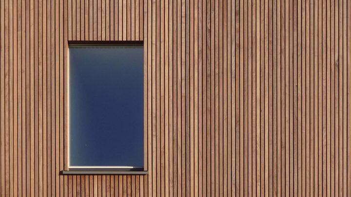 De moderne woning aan de Larikslaan 7 op Rieteiland-Oost op Amsterdam IJburg bevindt zich in de laatste fase. De steiger is inmiddels verwijderd waardoor het warme IPE hout zichtbaar is geworden.