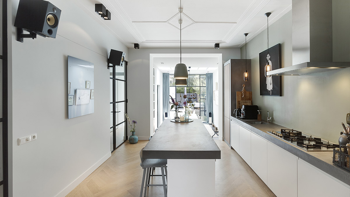 Moderne keuken met betonnen werkblad. Interieurontwerp van modern huis door BNLA Architecten.
