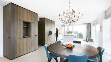 In het nieuwe Amstelkwartier werden in het nieuwbouwproject @Amstel, 44 koop- appartementen gerealiseerd. BNLA architecten werd gevraagd om voor één van deze woningen een luxe en eigentijds ontwerp te realiseren en werkte samen met interieurstylist Studio Nest.