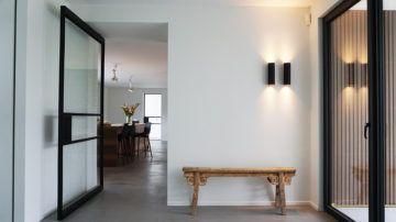 BNLA architecten werd ingeschakeld om de woning te voorzien van een totale make-over. Het bureau maakte een ontwerp waarbij zowel de gevels als de ruimtelijke indeling op de schop gingen. Het resultaat is een luxueuze ruime bungalow met een moderne uitstraling.