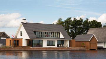 Wonen in een vrijstaande villa direct aan de waterkant van één van Hollands mooiste binnenmeren is voor vele een droom. De nieuwe eigenaren kochten een vervallen huisje aan de Loosdrechtse plassen en vroegen BNLA  een ontwerp te maken voor een nieuwbouwwoning.