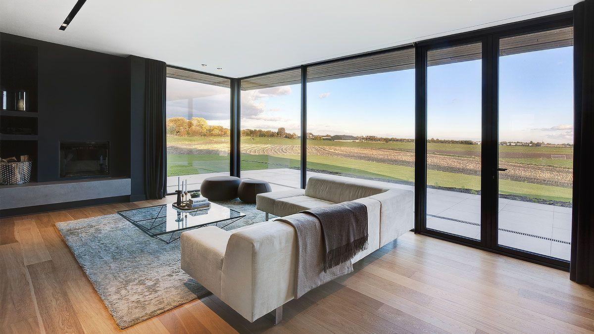 Uitzicht vanuit woonkamer luxe villa. Ontwerp door BNLA Architecten.