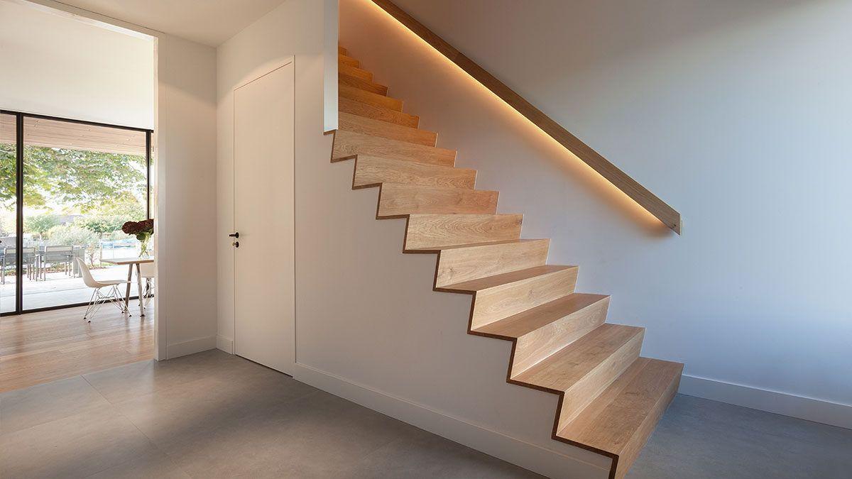 Houten trap in moderne villa ontworpen door BNLA Architecten