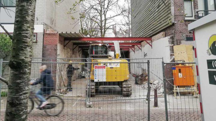 De sloop van een oude garage op de Kerkstraat in Amsterdam is gestart. Het voormalige 'koetshuis' maakt plaats voor een nieuw hoogwaardig grachtenpand!