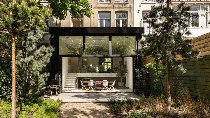 De droom van de opdrachtgevers was om een licht en open familiehuis te creëren, dat optimaal verbonden zou zijn met de weelderige achtertuin.