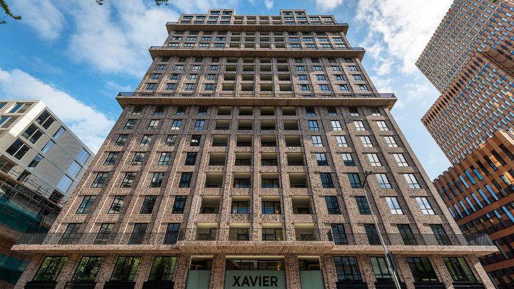BNLA architecten realiseerde het ontwerp voor het 300 m2 grote appartement op de 18e verdieping van woontoren Xavier op de Zuidas. Dit casco opgeleverde appartement werd getransformeerd naar een luxe, royaal en sfeervol 'familiehuis'.